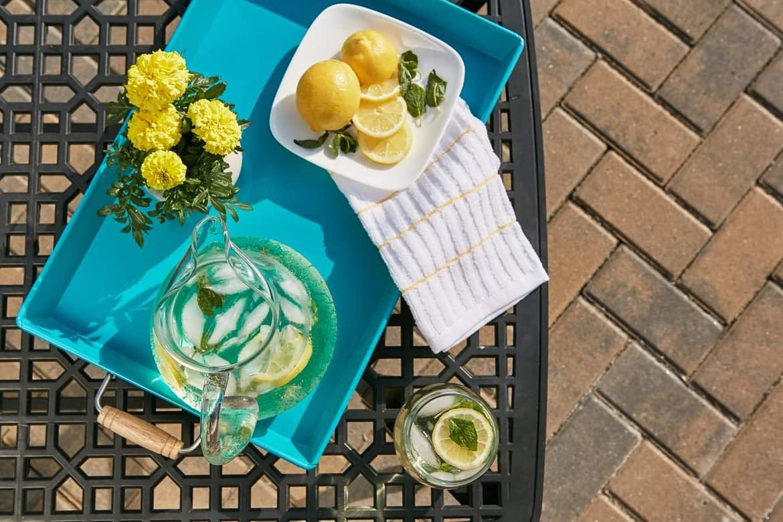 7 benefici del bere acqua al limone, secondo un dietologo
