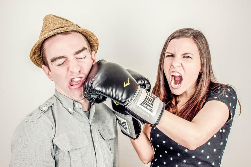 Annuncio di matrimonio: 4 suggerimenti su come passarlo indenne