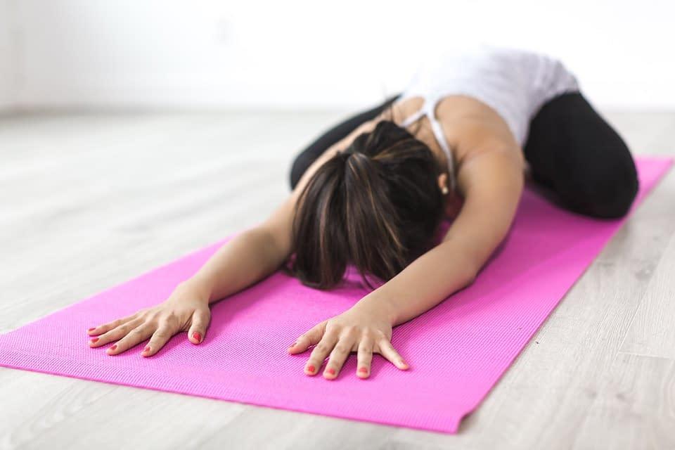 12 esercizi di stratching per aiutare ad alleviare le spalle strette